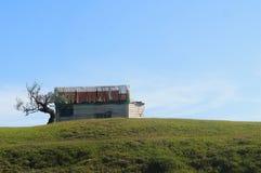 Hus i en mitt av ingenstans Arkivfoton