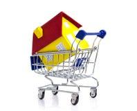 Hus i en shoppingvagn Arkivfoton