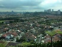 Hus i en storstad Kuala Lumpur med molnig himmel Royaltyfri Bild