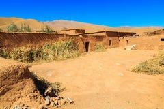Hus i en typisk moroccan berberby Arkivbilder