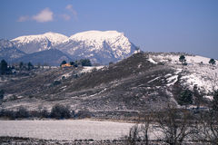 Hus i ett vinterlandskap royaltyfri foto