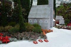 Hus i fält och snö Royaltyfri Bild