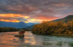 Hus i floden Drina nära Bajina Basta, västra Serbien Arkivbilder