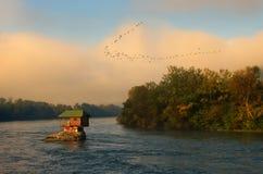 Hus i floden Drina nära Bajina Basta, västra Serbien Royaltyfri Fotografi