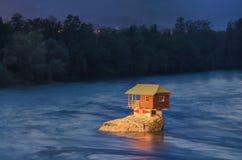 Hus i floden Drina nära Bajina Basta, västra Serbien Arkivfoton