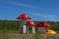 Hus i form av gläntan för skog för champinjonflugsvampsommar arkivfoton