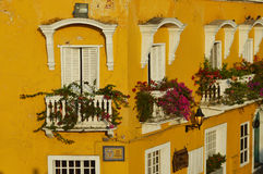 Hus i gatorna av Cartagena Royaltyfri Bild
