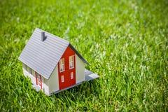 Hus i grönt gräs Arkivbild