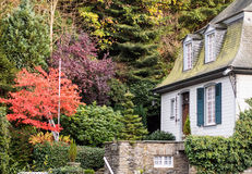 Hus i höst i Monschau, Tyskland Arkivfoton