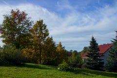 Hus i höstfältet utanför staden Arkivbild