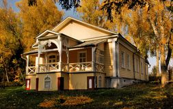 Hus i höstskogen Royaltyfri Foto