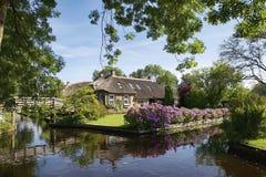 Hus i idylliska Giethoorn Arkivbild