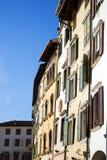 Hus i italiensk stad fotografering för bildbyråer