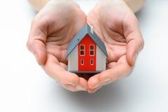 Hus i mänskliga händer Royaltyfri Fotografi
