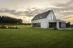 Hus i mitt av gräsplan arkivfoton