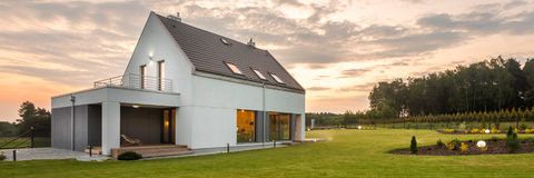 Hus i mitt av gräsplan arkivbild