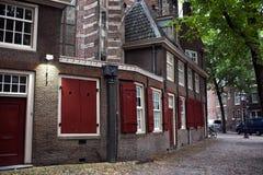 Hus i mitten av Amsterdam Arkivbild