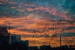 Hus i molnen på solnedgången Royaltyfri Bild