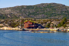 Hus i Norge på kusten av fjorden. Royaltyfri Bild