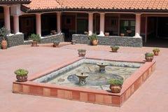 Hus i roman stil med springbrunnen royaltyfri bild