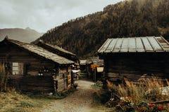 Hus i schweiziska berg royaltyfri bild