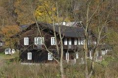 Hus i skogen med träd, Ojcow, Polen, 10 29 2005 Arkivbild