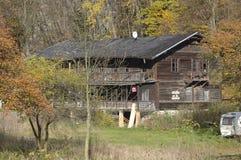 Hus i skogen med träd, Ojcow, Polen, 10 29 2005 Arkivfoton