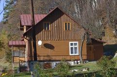 Hus i skogen med träd, Ojcow, Polen, 10 29 2005 Arkivfoto