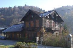 Hus i skogen med träd, Ojcow, Polen, 10 29 2005 Royaltyfria Foton