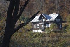 Hus i skogen med träd, Ojcow, Polen, 10 29 2005 Royaltyfri Fotografi