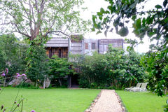 Hus i skogträdgård Royaltyfria Bilder