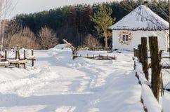 Hus i snöig ukrainsk by Arkivfoton