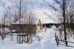 Hus i snöig ukrainsk by Royaltyfri Bild