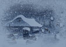 Hus i snön, träden och garneringarna Arkivfoton