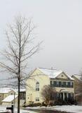 Hus i snöstorm Arkivbild