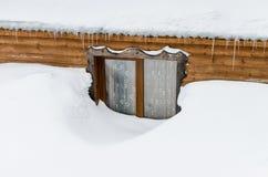 Hus i snowen Arkivbilder
