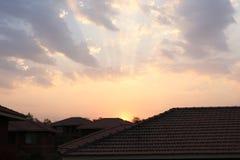 Hus i solstrålar Arkivfoton