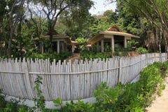 Hus i Thailand för vassstaketet i gräsplanen royaltyfri fotografi