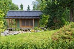 Hus i trädgården Arkivfoto