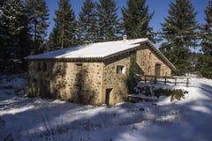 Hus i vinter Arkivbild