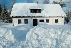 Hus i vintern royaltyfri foto