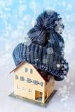 Hus i vintern - uppvärmningsystembegrepp och kallt snöig väder royaltyfria bilder