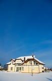 Hus i vintersnö Royaltyfri Bild