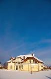 Hus i vintersnö Royaltyfria Bilder
