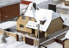 Hus i vintersnö Royaltyfri Fotografi