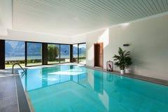 Hus inomhus simbassäng royaltyfri foto