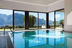 Hus inomhus simbassäng arkivbild