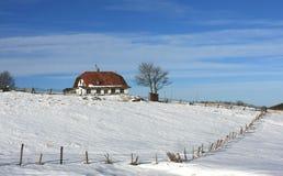 hus isolerat berg Arkivbild