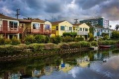Hus längs en kanal i den Venedig stranden royaltyfria bilder