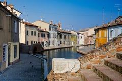 Hus längs kanalen i Comacchio, Italien royaltyfri fotografi